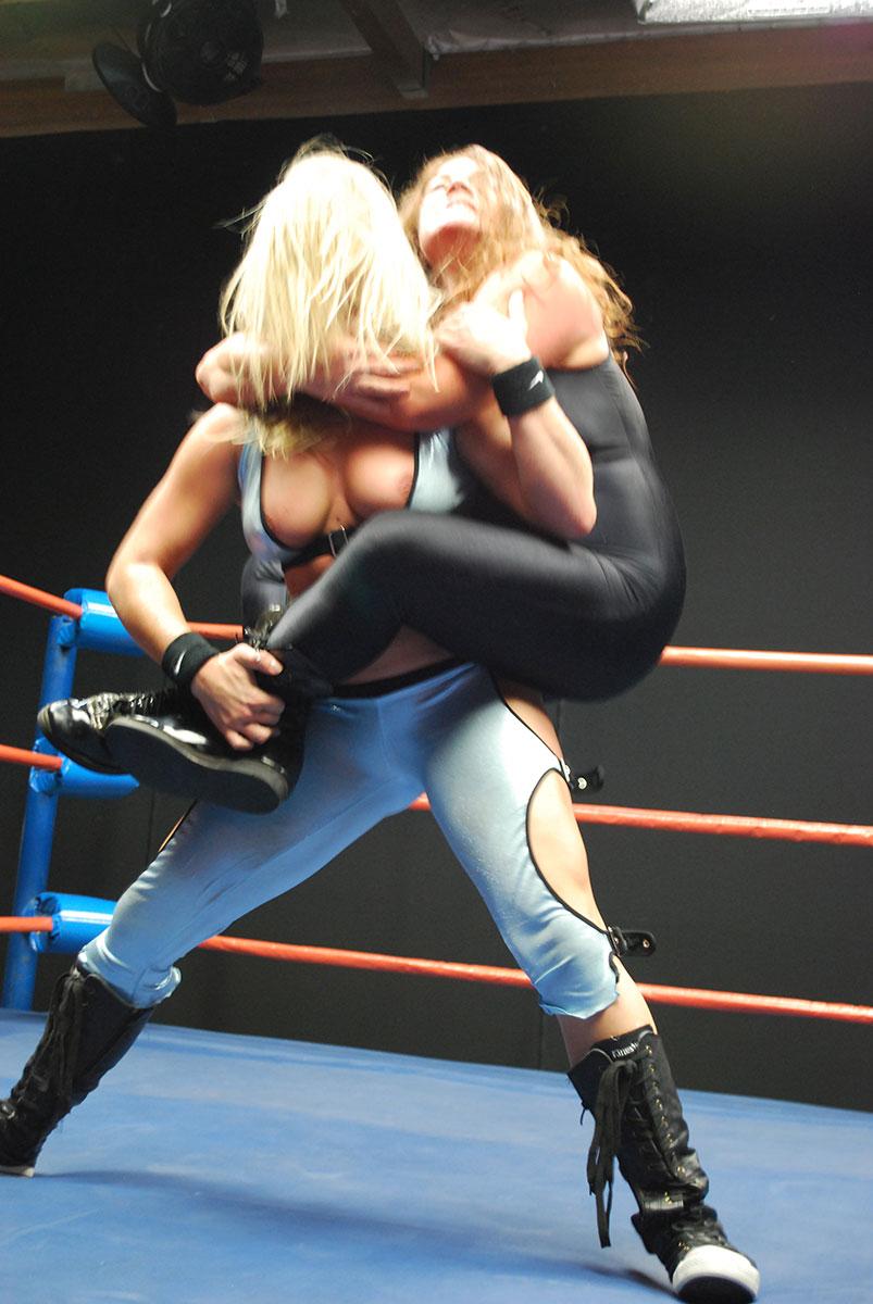 female wrestling slugging match featuring kristie etzold vs dia zerva